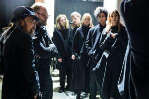 Y-3 がパリ ファッションウィークでランウェイショーを開催。バックステージ風景を公開